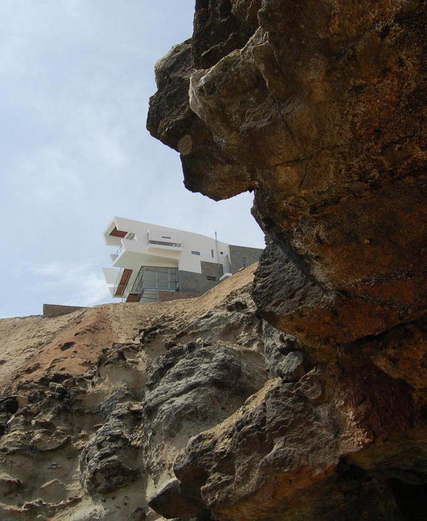Creatively Cool Dual Cantilevered House In Peru: If Only I Could Decide What's