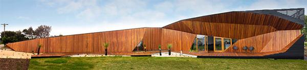 letter box house 1 Modern Wooden Home Unfolds on Australia's Beach