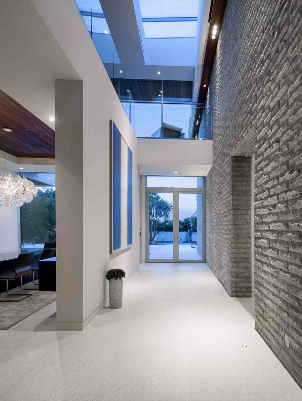 Ultramodern hillside los angeles jet set estate for Hallway photos