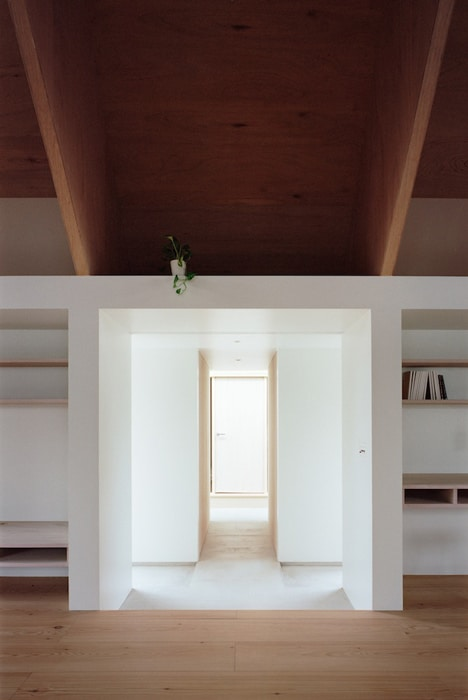 minimal-extension-adds-chic-usable-space-japanese-home-10-walkway.jpg