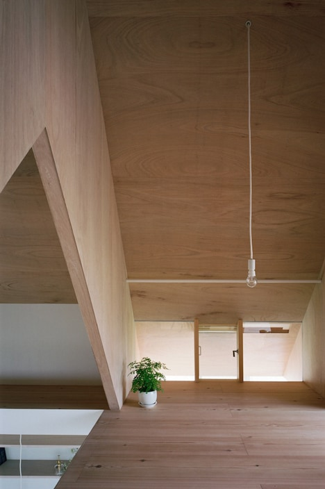minimal-extension-adds-chic-usable-space-japanese-home-12-loft.jpg