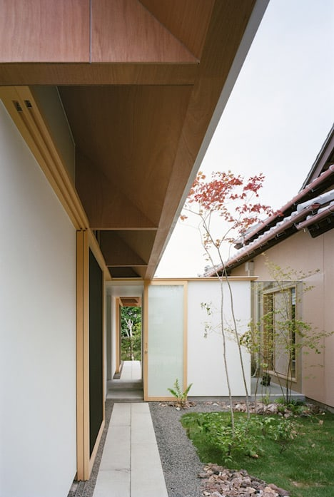 minimal-extension-adds-chic-usable-space-japanese-home-4-connection.jpg