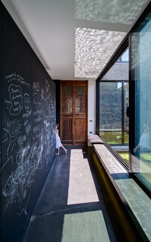 minimalist-house-with-pivoting-glass-wall-and-unusual-details-4.jpg