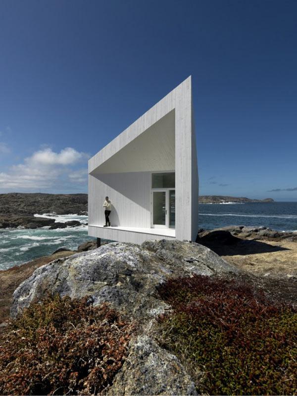 minimalist studio with angled roofline 1 Iceberg Inspired Coastal Cottage Design Looks Surreal