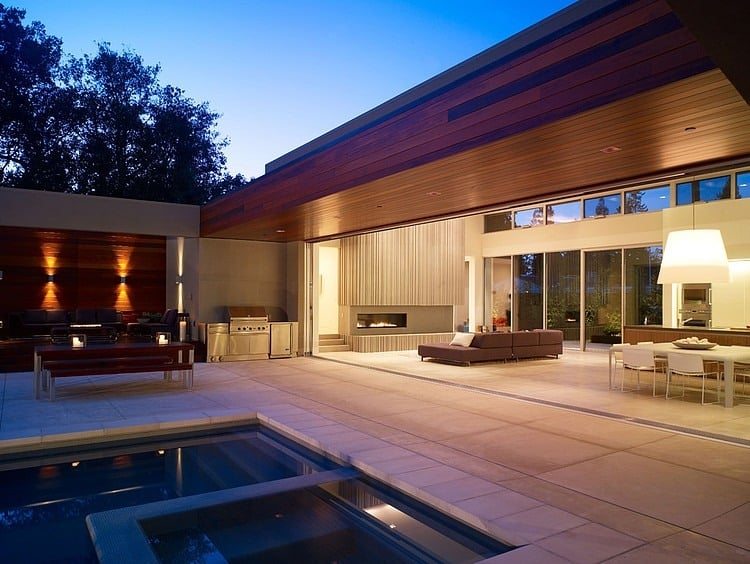 Modern u shaped california home with central patio California home design