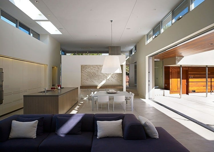 Modern U Shaped California Home With Central Patio