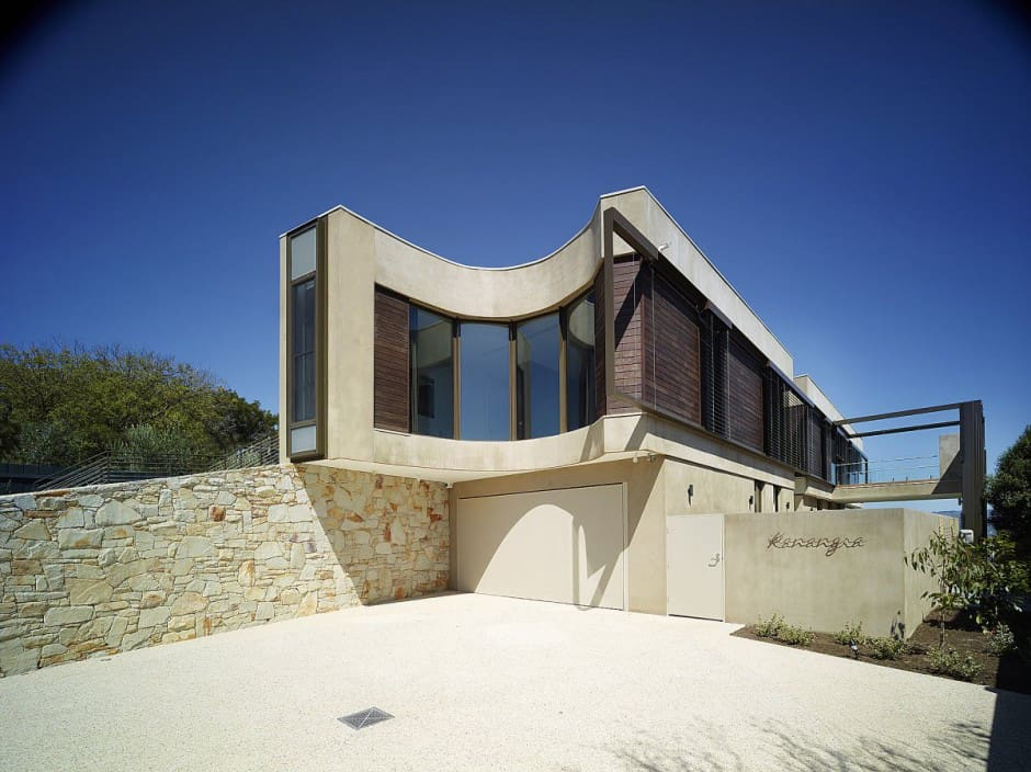 View In Gallery Modern Beach House With Curved Window Wall 3.