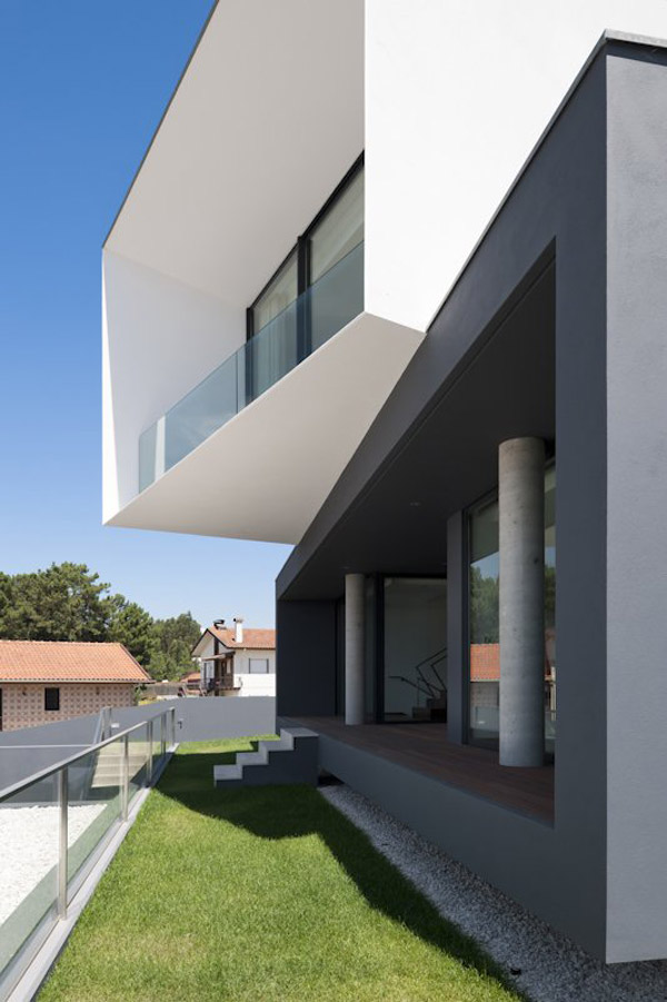 modern multi level house portugal 2 Modern Multi Level House in Portugal captures snapshots of its surroundings