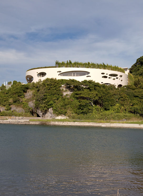 modern round homes japanese coastal house 1 Modern Round Home by Ciel Rouge