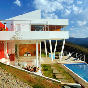 Contemporary Mountain Home in Brazil by architect Ulisses Morato – extreme contrasts!