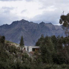 Mountain House Architecture – cozy mountain retreat integrates into surroundings in New Zealand