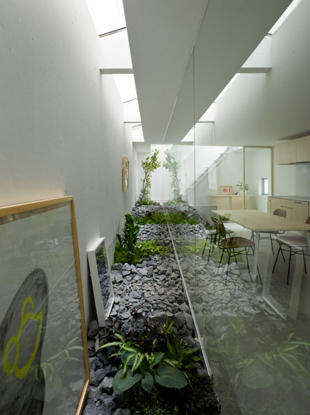Amazing house design in japan a garden inside the house for Amazing houses inside and out