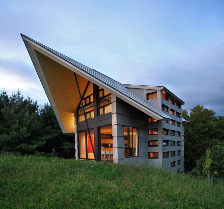 Quebec countryside slope house with upper and lower walkouts for Slope home design