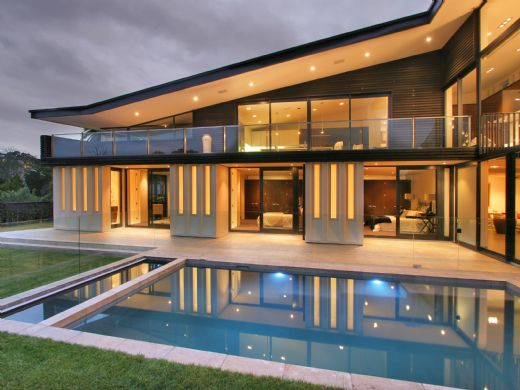 Modern New Zealand Glass House Frames Luxurious Features, Inside and Out