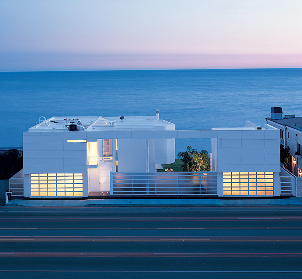 richard meier beach house 1 Luxury Beach Houses – Oceanfront Design with White Exteriors and Interiors