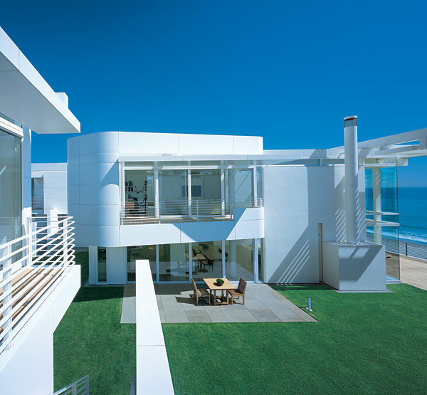 richard meier beach house 2 Luxury Beach Houses – Oceanfront Design with White Exteriors and Interiors