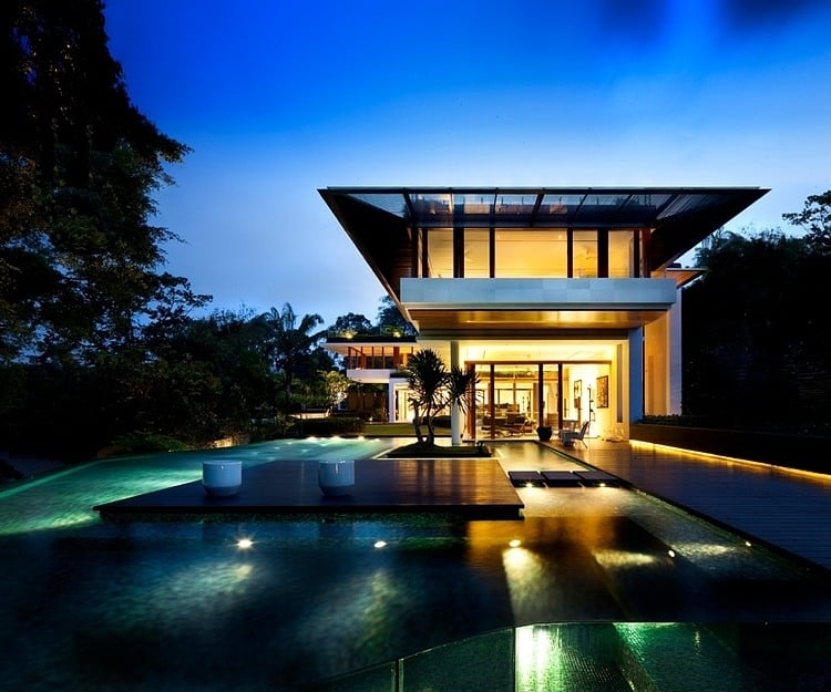 4500 Square Feet Tropical House On A Very Small Lot But: Rooftop Lawn House With Huge Glass Walls