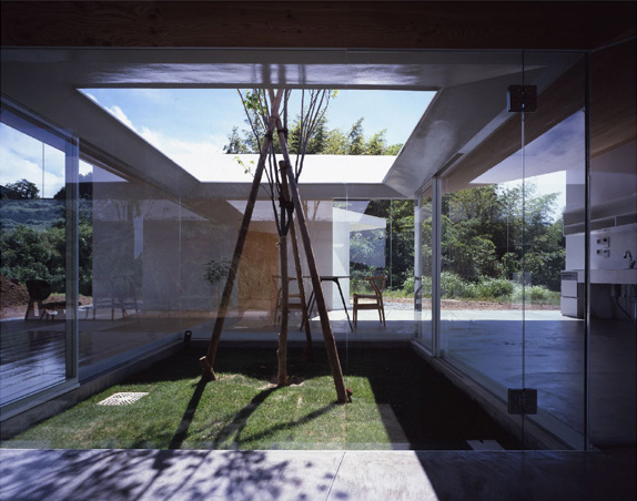 Japanese minimalist architecture meets nature in the for Minimalist house with courtyard