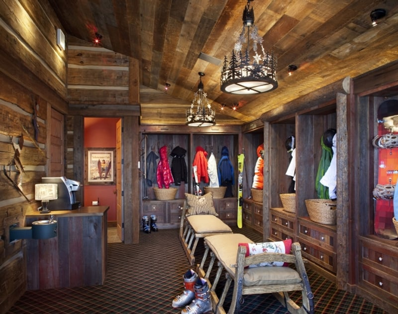 Stone mountain chalet with elevator and ski room for Amenagement interieur chalet