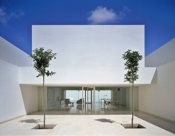 tall wall house spain 2 Tall Wall House with Minimalist Style in Spain