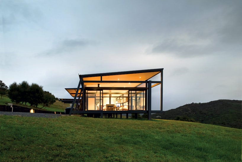 Truss style new zealand glass house with complex interior for Home designs new zealand