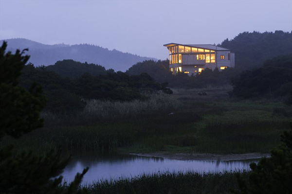 wood-house-extends-living-space-beyond-indoors-7.jpg