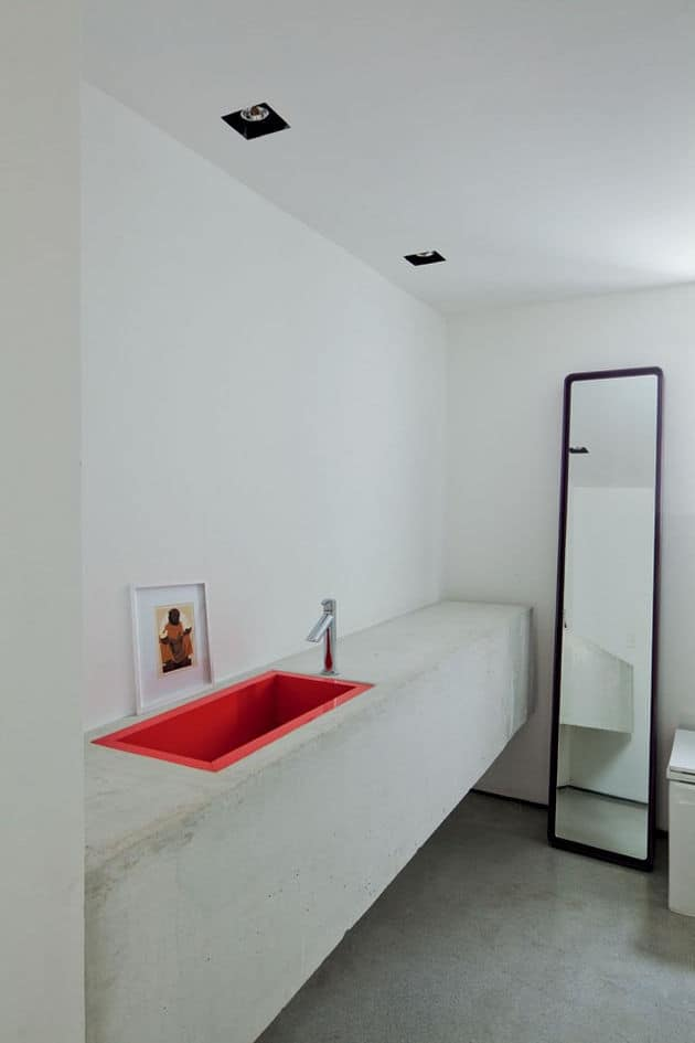 estudioibola-furnishings-vibrant-colours-create-minimalist-wonderland-sao-paolo-apartment-8-vanity.jpg