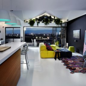 Bold Choices Dramatize Penthouse Apartment