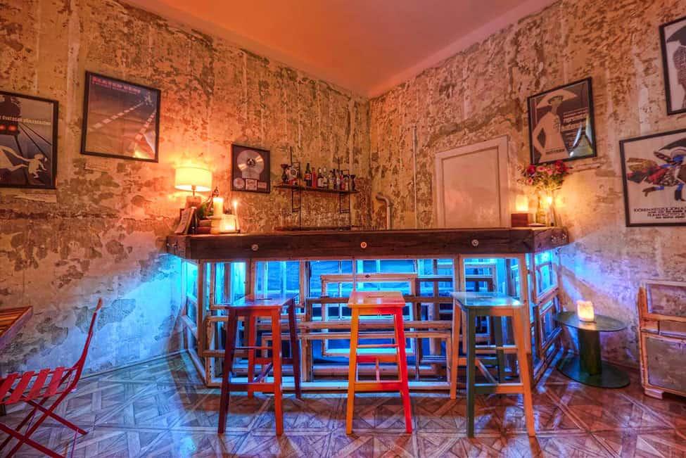 https://cdn.trendir.com/wp-content/uploads/old/interiors/2014/06/27/rustic-vintage-ideas-give-home-story-6-bar.jpg