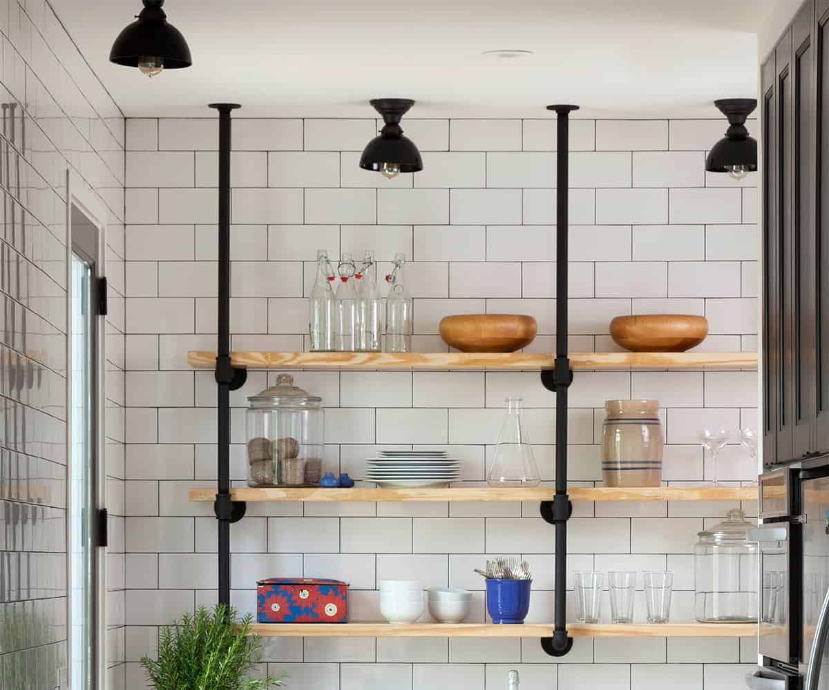 Small farmhouse style kitchen design in detail for Carrelage parisien