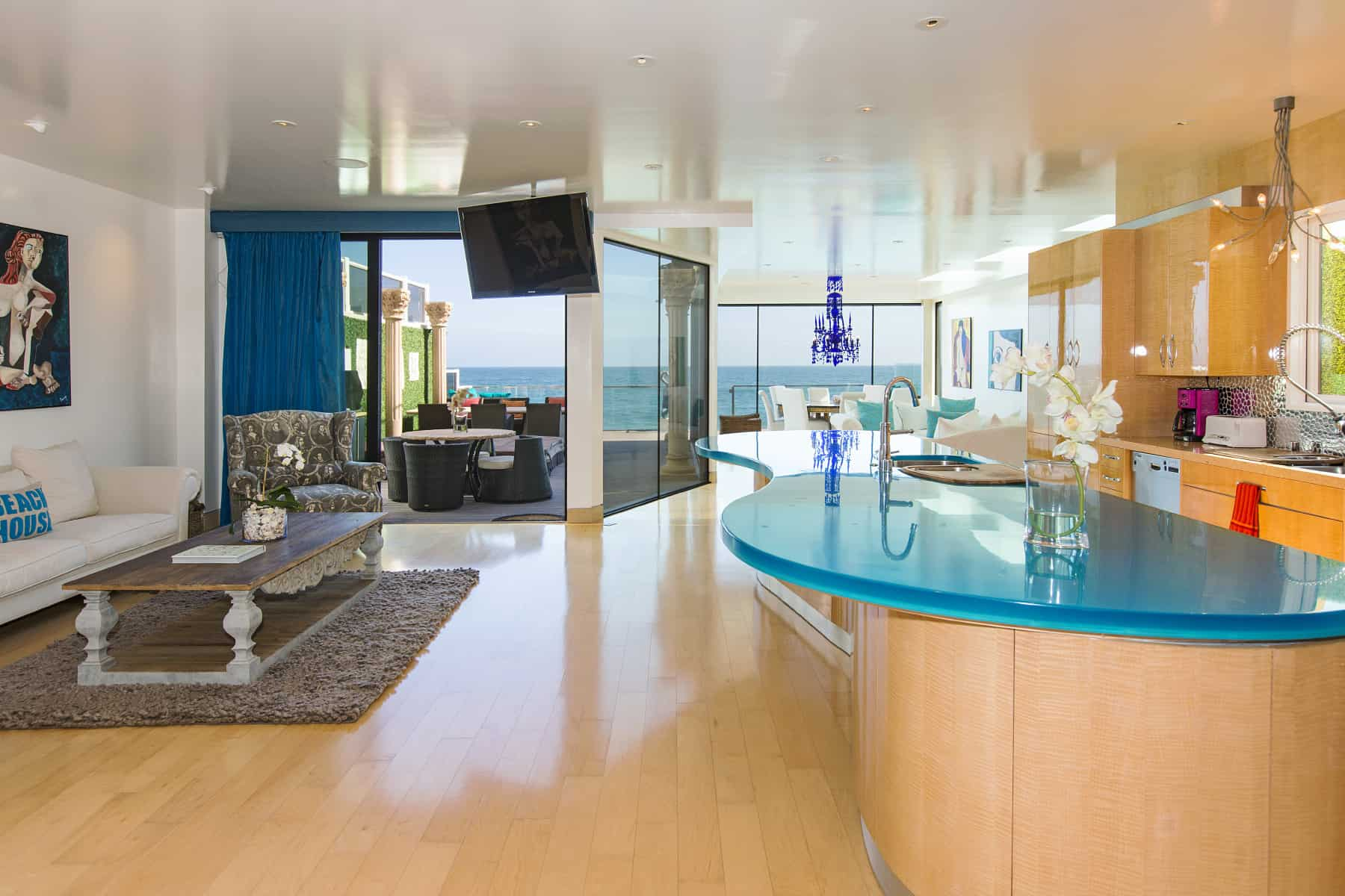 view in gallery - Modern Beach House Interior