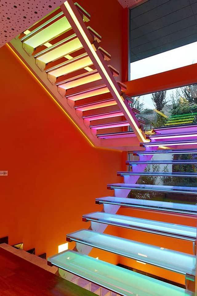 Colorful staircase designs 30 ideas to consider for a for Apliques de led para escaleras