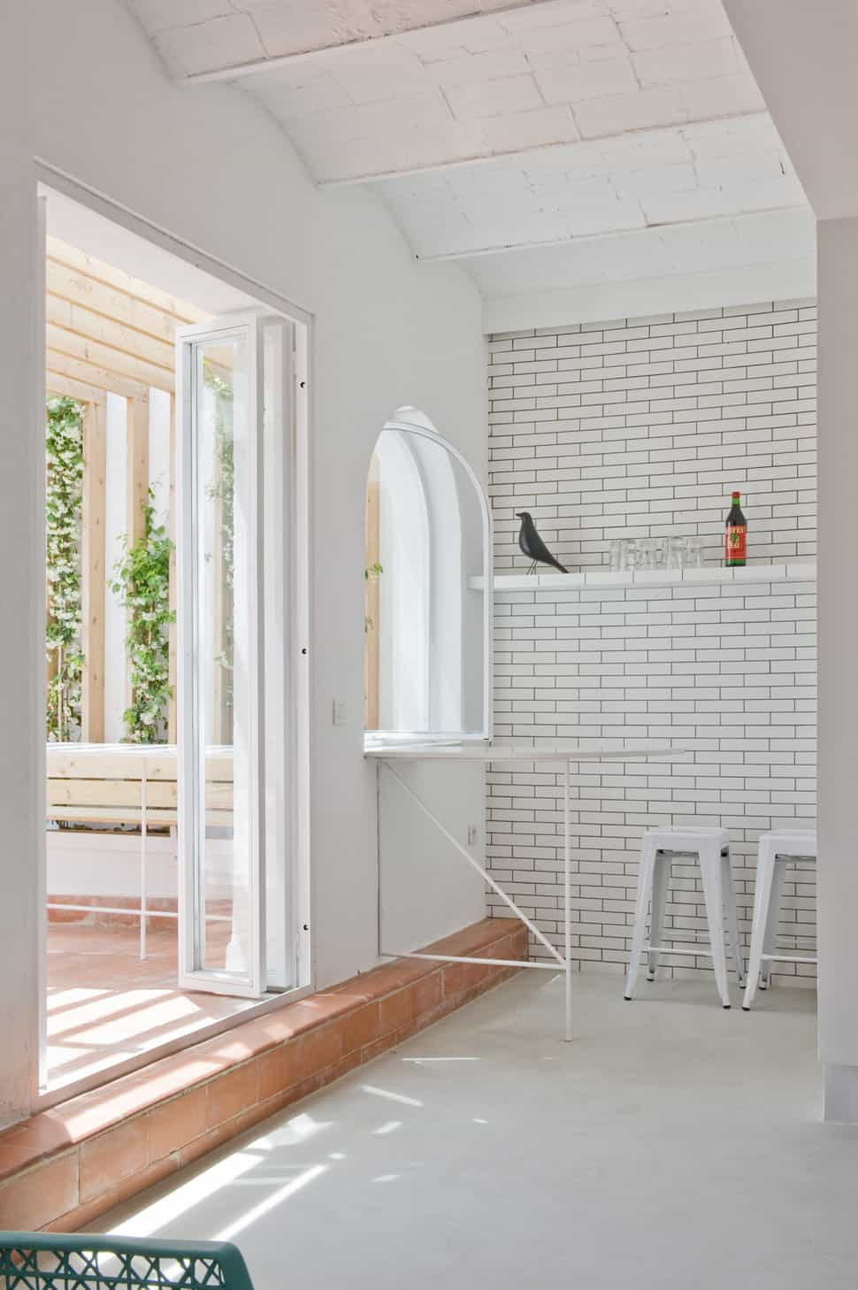 Cozy Interior Brick Sitting Area Brings The Outdoor Ambience In - White brick interiors
