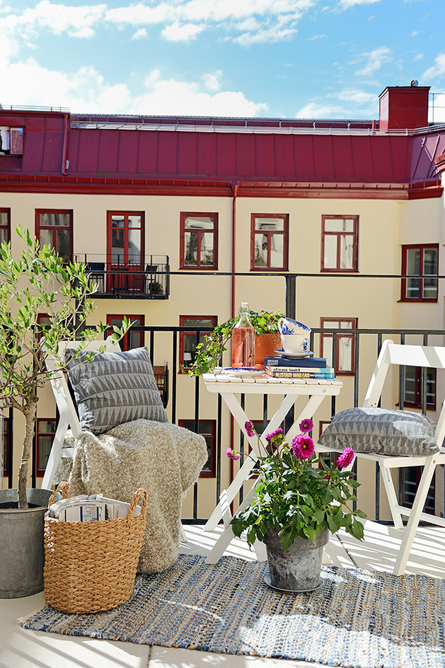 casually-comfortable-decor-driven-apartment-sweden-deck-seats-table.jpg