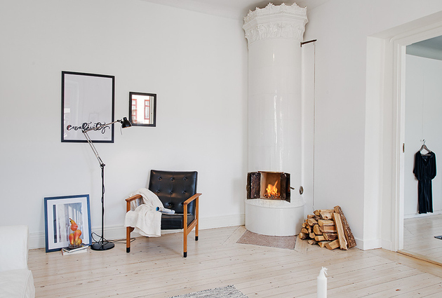 casually comfortable decor driven apartment sweden living room fire thumb 630x425 15770 Casually Comfortable Decor Driven Apartment In Sweden
