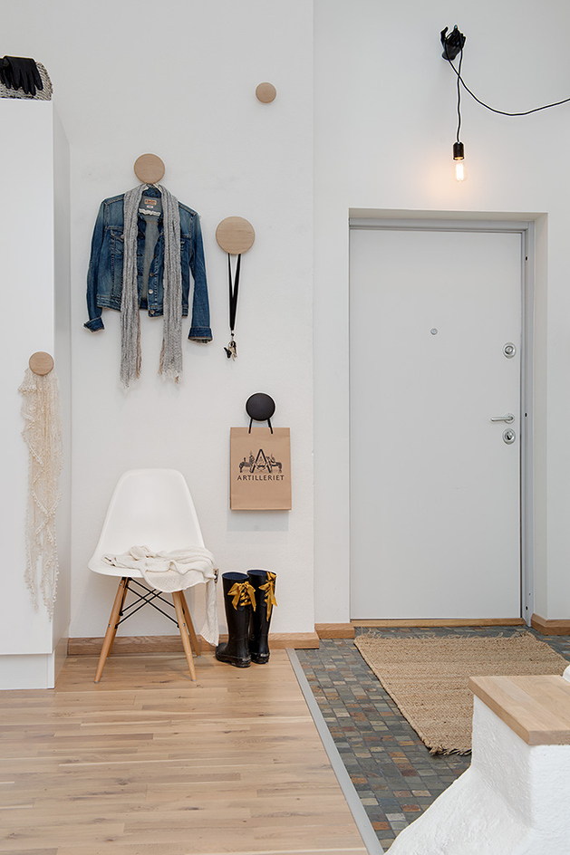 cozy-apartment-scandinavian-style-entrance-2.jpg
