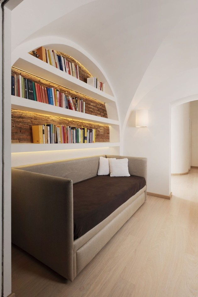 curvaceous-penthouse-apartment-rome-renovated-perfection-5-books.jpg