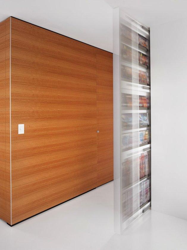bold-choices-dramatize-penthouse-apartment-10-hall.jpg