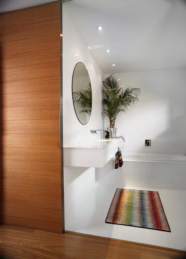 bold-choices-dramatize-penthouse-apartment-12-washroom.jpg