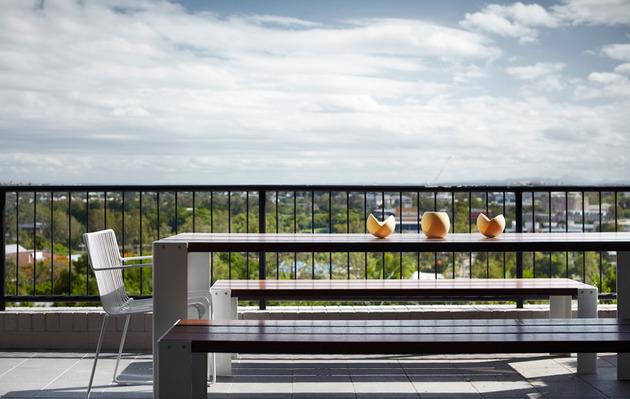 bold-choices-dramatize-penthouse-apartment-4-deck.jpg