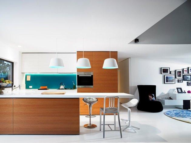 bold-choices-dramatize-penthouse-apartment-7-kitchen.jpg