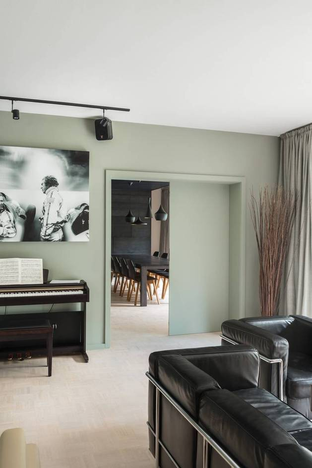 chic-textured-interiors-with-unique-materials-from-karhard-architektur-3-piano-living-room.jpg