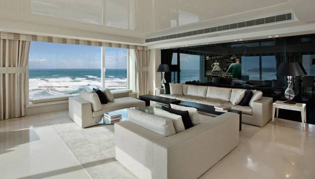contemporary-apartment-overlooking-sea-cozy-luxurious-3-liv.jpg