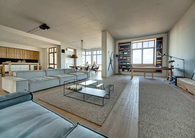 contemporary open plan loft pale colour palette 1 social thumb 630xauto 44216 Kiev Loft Celebrates Love for Naked Wood and Bare Metal Furnishings