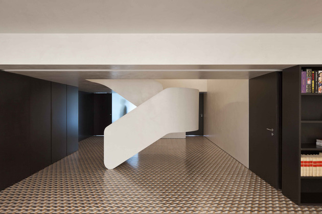 minimalist home with bold flooring and staircase sculpture 2 thumb 630xauto 47536 Minimalist Home Wows with Bold Flooring and Staircase Sculpture
