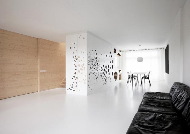 minimalist apartment white walls white pine white light 1 thumb 630xauto 50545 Using White Pine Interior Walls as Defining Feature
