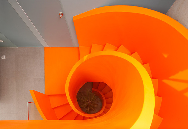 orange staircase 1 thumb 630xauto 53528 Contemporary Orange Staircase Makes Beautiful Statement