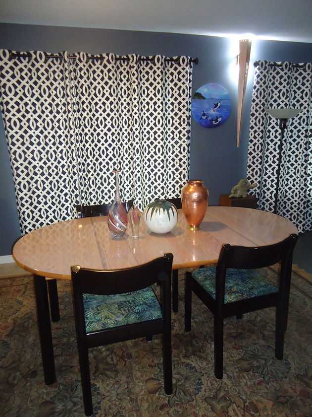 6a-dining-table-with-artistic-vases.jpg
