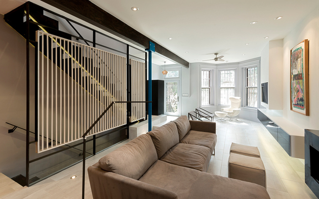 2 row house renovation boldly colored design features thumb 630xauto 61270 Small Row House Renovation Idea: Bold Colors