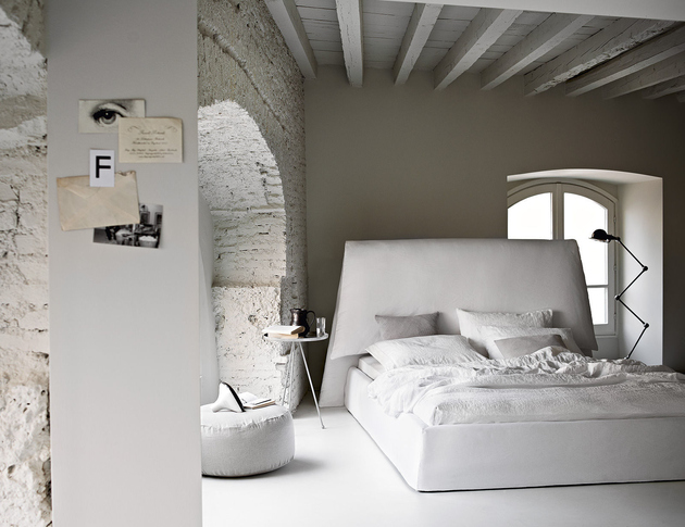 country-bedroom-with-exposed-brick-beams-costanza-135-ivano-redaelli.jpg